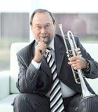 Portrait de musicien masculin adulte avec une trompette photos libres de droits