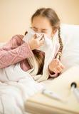 Portrait de nez de soufflement de petite fille dans le mouchoir en papier Photographie stock libre de droits
