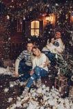 Portrait de Noël de deux couples Belle maison photo libre de droits