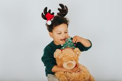 Portrait de Noël de garçon adorable d'enfant en bas âge Photographie stock
