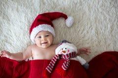 Portrait de Noël de petit bébé garçon nouveau-né mignon, port sant Image libre de droits