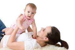 Portrait de nourrisson heureux de mère et de bébé Image stock