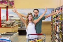 Portrait de nourriture de achat de couples lumineux heureux photo stock