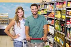 Portrait de nourriture de achat de sourire de couples lumineux Image libre de droits