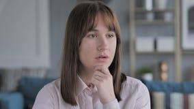 Portrait de nouvelle idée eue par fille de pensée, planification clips vidéos