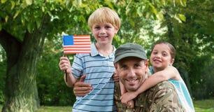 Portrait de père dans l'uniforme de soldat avec leurs enfants au parc Images stock