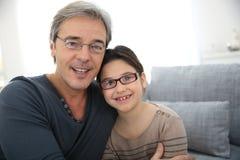 Portrait de père et de fille dans le salon Images libres de droits