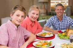 Portrait de père et de fils de grand-mère au dîner de Noël Photo stock