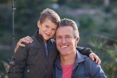 Portrait de père et de fils heureux avec la canne à pêche Photos libres de droits