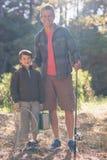 Portrait de père et de fils heureux avec la canne à pêche Photo stock