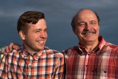 Portrait de père heureux et de fils marchant dehors Photo libre de droits