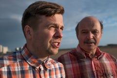 Portrait de père heureux et de fils marchant dehors Image stock