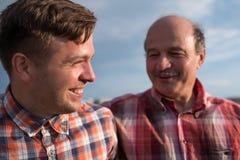 Portrait de père heureux et de fils marchant dehors Photos libres de droits