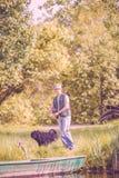 Portrait de pêche de pêcheur et de son chien images libres de droits