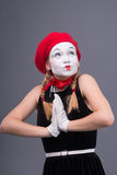 Portrait de pantomime femelle avec le chapeau rouge et le blanc Photographie stock