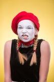 Portrait de pantomime femelle d'isolement sur le jaune Photographie stock