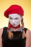 Portrait de pantomime femelle d'isolement sur le jaune Photo stock