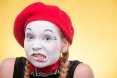 Portrait de pantomime femelle d'isolement sur le jaune Photo libre de droits