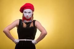 Portrait de pantomime femelle d'isolement sur le jaune Photos stock