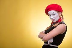Portrait de pantomime femelle d'isolement sur le jaune Images libres de droits