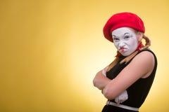 Portrait de pantomime femelle d'isolement sur le jaune Images stock