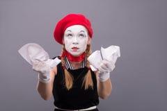 Portrait de pantomime femelle fâché chiffonnant un papier Photographie stock libre de droits