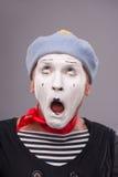 Portrait de pantomime masculin drôle avec le chapeau gris et Photos libres de droits