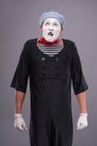 Portrait de pantomime masculin drôle avec le chapeau gris et Photos stock