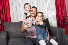 Portrait de papa simple avec 2 enfants à la maison Photographie stock