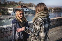 Portrait de parler de deux filles extérieur Image stock