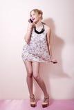 Portrait de parler sur la fille de pin-up sexy de téléphone de mode de jeune femme provocante futée mobile de cheveux blonds ayan Image stock