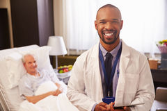 Portrait de patient de docteur With Senior Male dans le lit d'hôpital Image stock