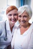 Portrait de patient et de docteur heureux photographie stock libre de droits