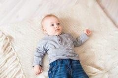 Portrait de petit bébé garçon mignon Image stock