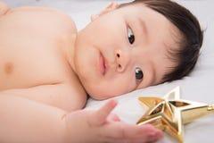 Portrait de petit garçon asiatique mignon 6 mois regardant l'étoile Image stock