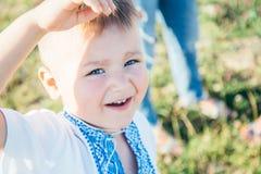 Portrait de petit garçon dehors Photographie stock libre de droits