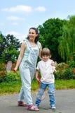 Portrait de petit garçon en parc tenant une raquette Photo libre de droits