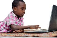 Portrait de petit gar?on avec l'ordinateur portable image libre de droits
