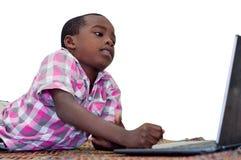 Portrait de petit gar?on avec l'ordinateur portable images stock