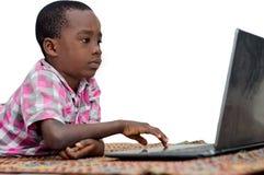 Portrait de petit gar?on avec l'ordinateur portable images libres de droits