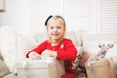 Portrait de petite belle fille mignonne avec le boîte-cadeau Images libres de droits