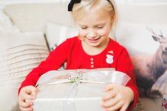 Portrait de petite belle fille mignonne avec le boîte-cadeau Image stock