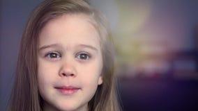 Portrait de petite fille émotive avec le bokeh fantastique banque de vidéos