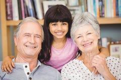 Portrait de petite-fille avec des grands-parents Image stock