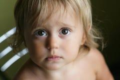 Portrait de petite fille avec de grands yeux images stock