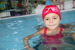 Portrait de petite fille avec l'équipement de natation Image libre de droits