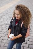 Portrait de petite fille bouclée de hippie en verres avec du café Type urbain Automne Photographie stock libre de droits