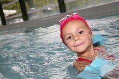 Portrait de petite fille dans la piscine Image libre de droits