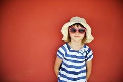 Portrait de petite fille dans le chapeau et des lunettes de soleil Image stock