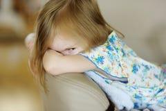 Portrait de petite fille fâchée Photo libre de droits